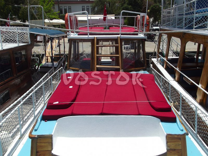 Sweet Pea upper and lower decks are equipped with comfortable sunbeds
